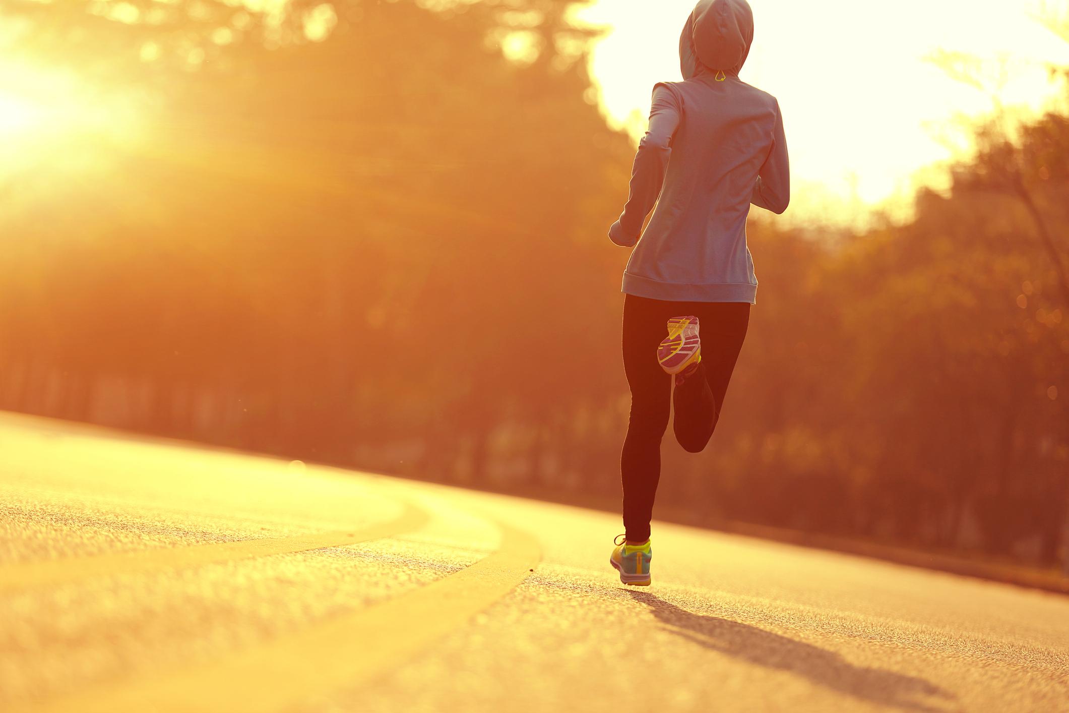 Praticar atividade física é essencial para a saúde, mas o tempo frio e seco pode causar problemas. Saiba como se proteger sem deixar de se exercitar.