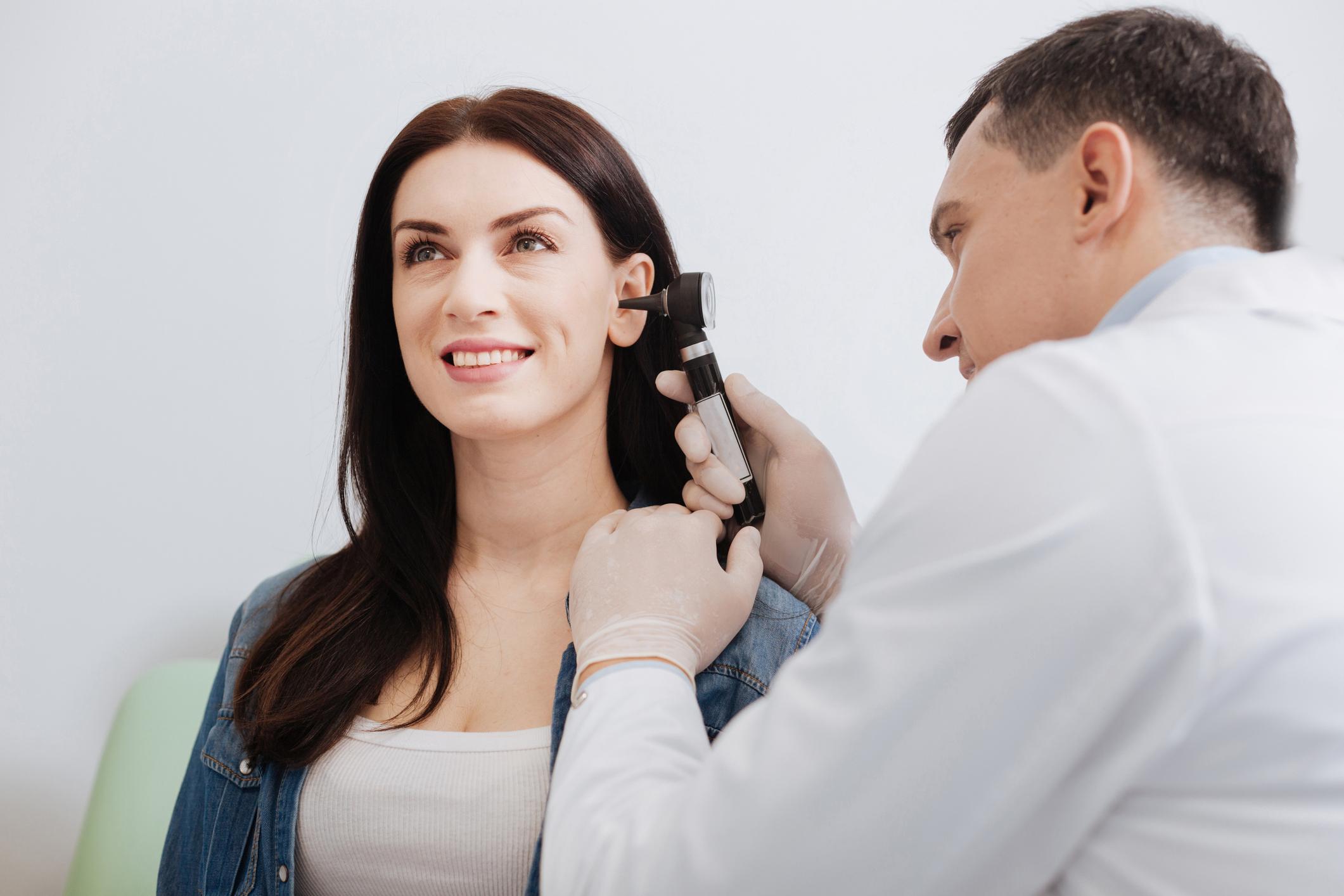A overdose sonora que nos atinge pode trazer sérios riscos para a saúde auditiva. Cuidar desde cedo da audição é essencial para ouvir bem sempre.
