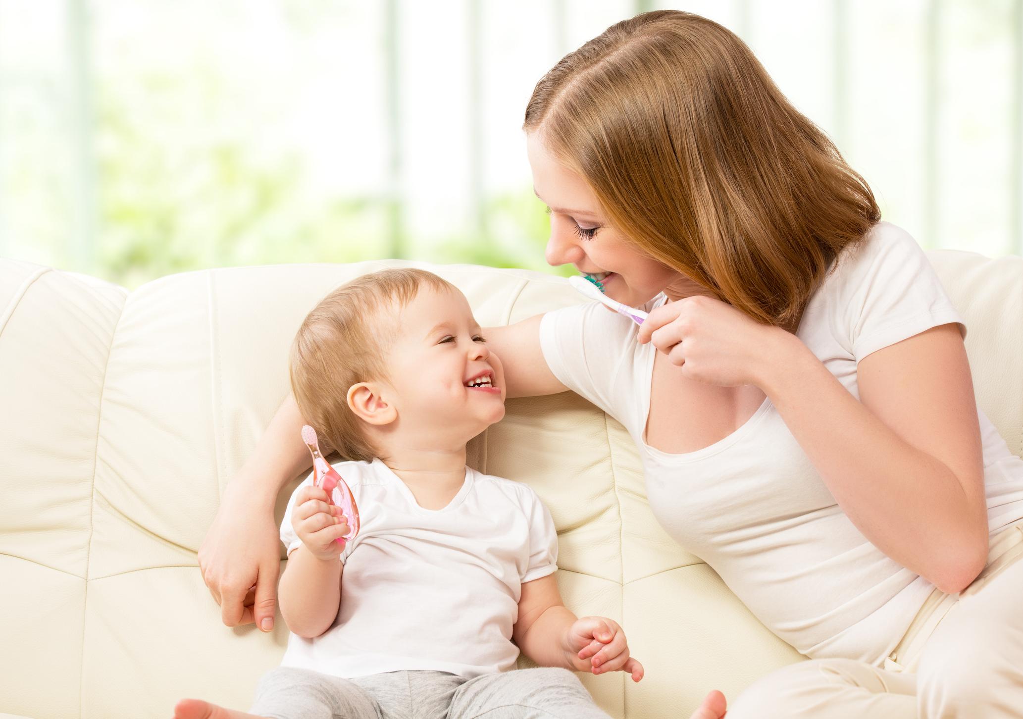 As mamães geralmente se preocupam em aprender ou relembrar todos os principais cuidados com o bebê. Os com a higiene bucal não devem ser negligenciados.