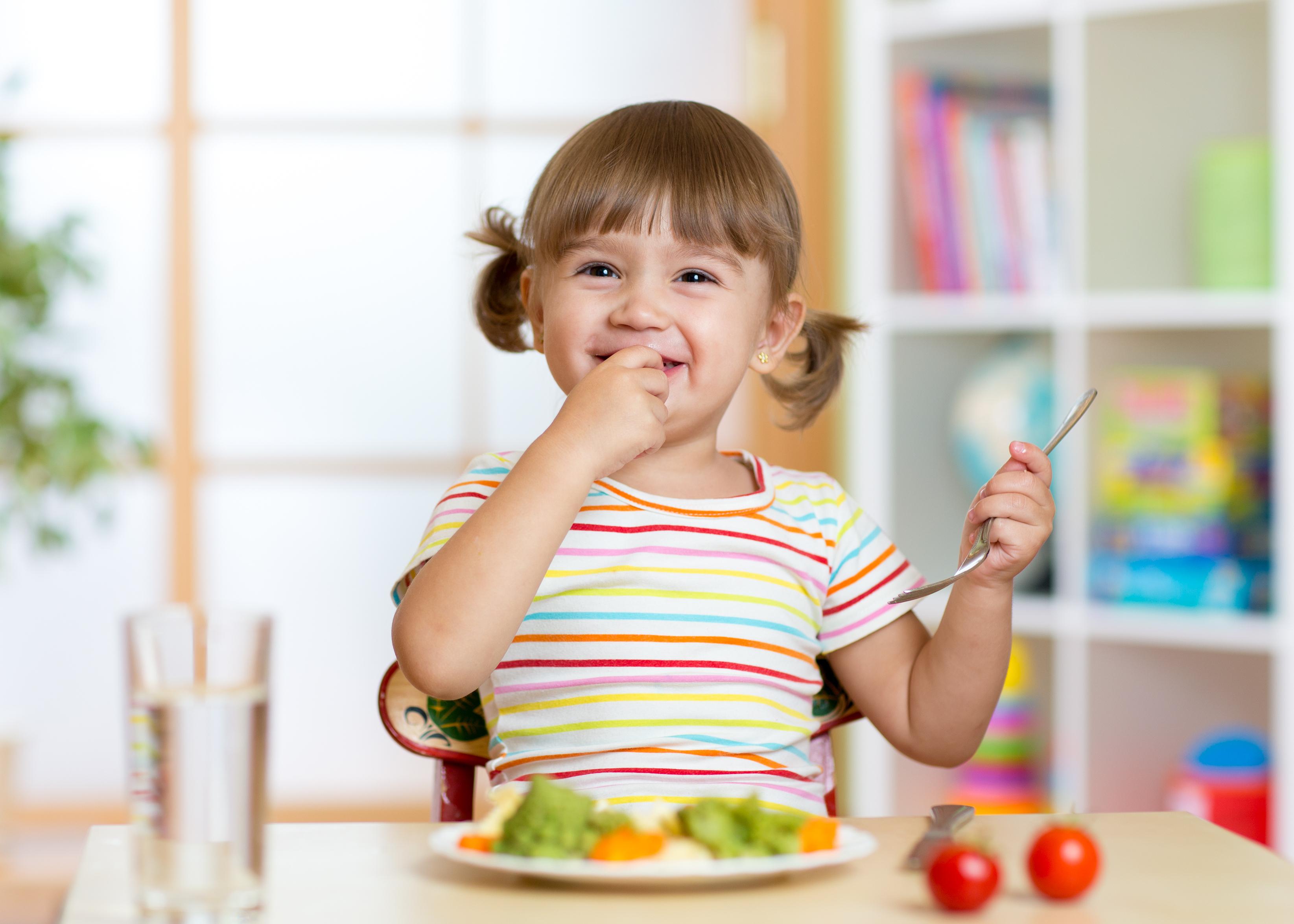 A alimentação das crianças nas férias merece cuidado por conta de os pequenos passarem boa parte do tempo em casa, em videogames, brincando ou dormindo.