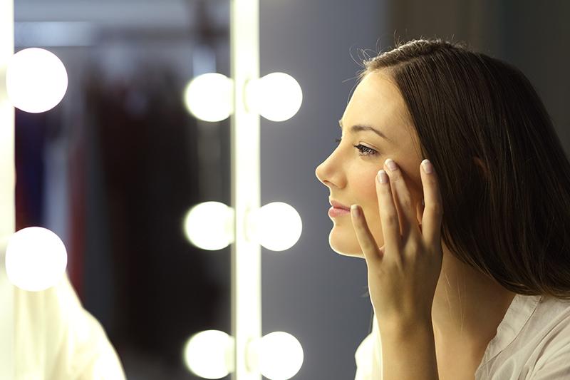 A partir dos 30 anos, os primeiros sinais do envelhecimento já podem ser notados, principalmente no rosto e nas pálpebras. Saiba como evitar as rugas!