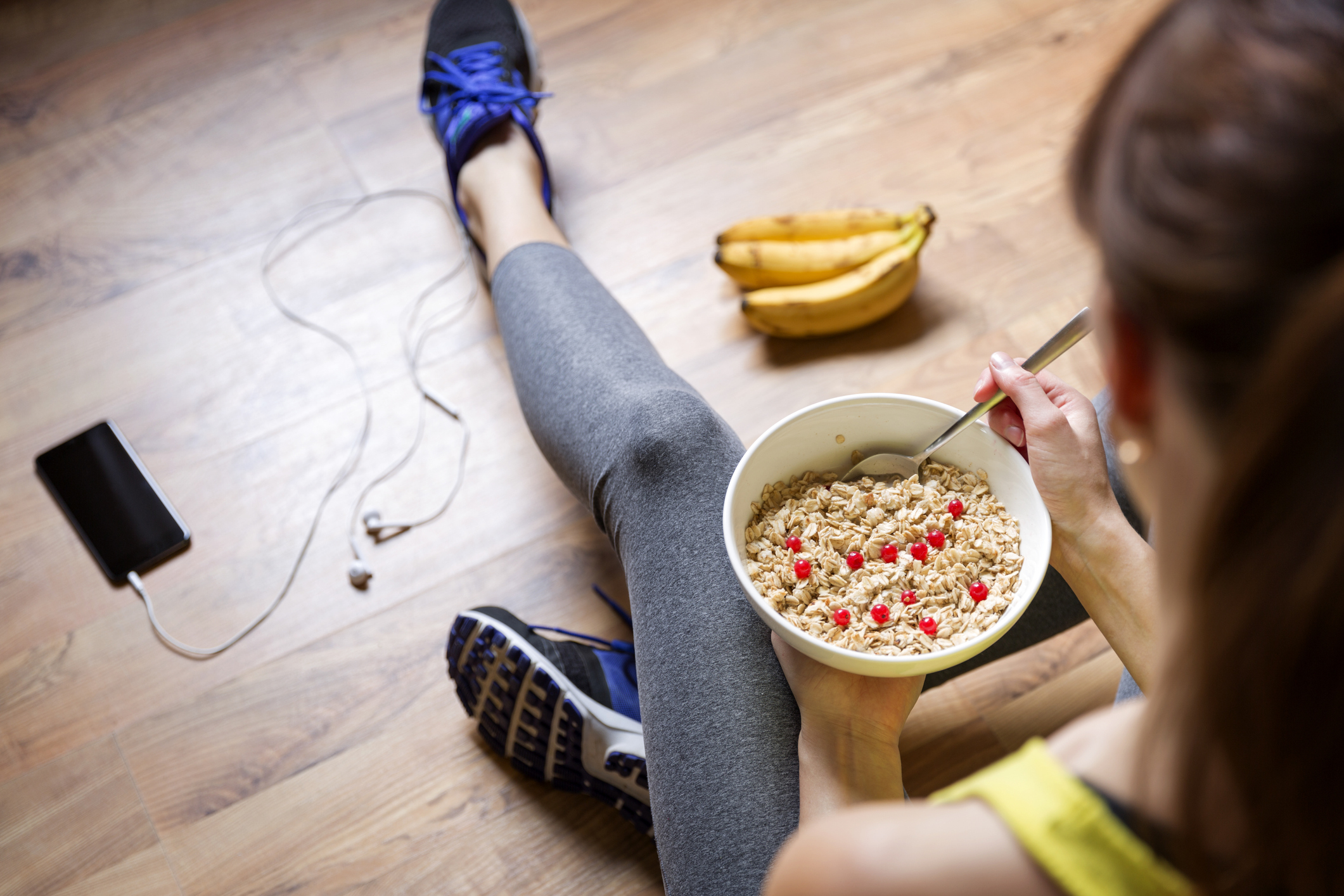 Hoje, é possível se alimentar bem gastando pouco. Um exemplo disso é a utilização de aveia na dieta, em receitas ou in natura.