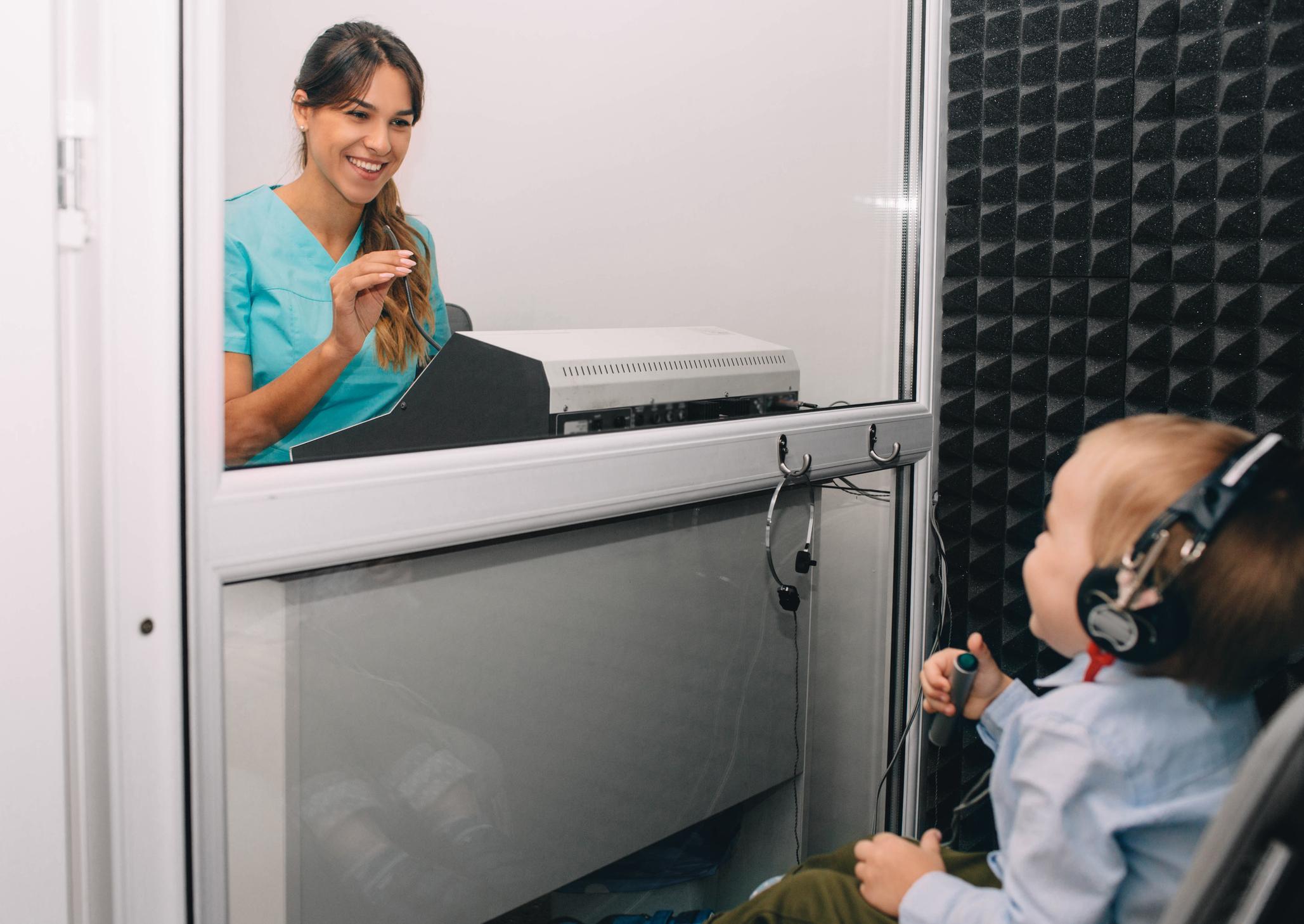 Preste atenção se o seu bebê parece não se incomodar com barulhos estranhos ou se ele tem mais de três anos e ainda demonstra dificuldade de formar palavras e se comunicar.