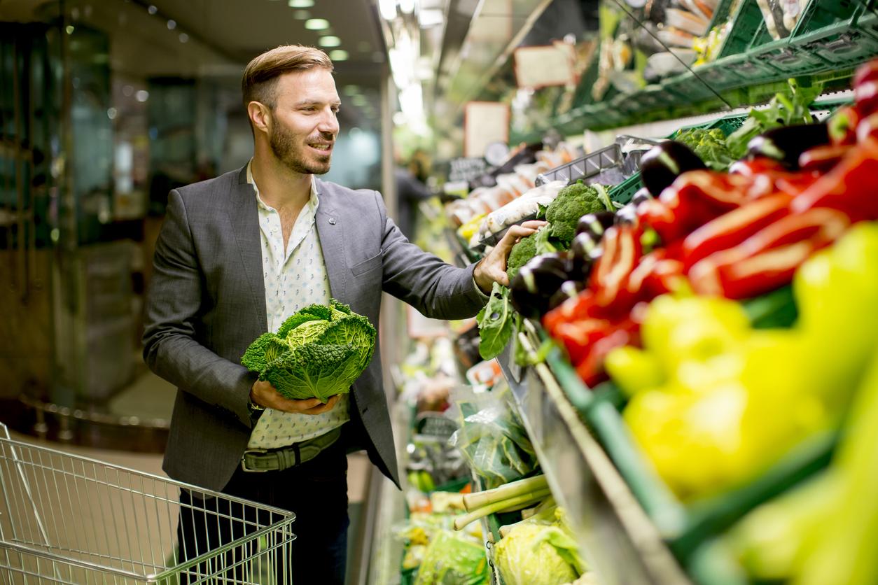 Ir ao mercado é uma tarefa que exige tempo e atenção. Uma das difíceis missões é manter uma alimentação balanceada com tantas opções ao redor.